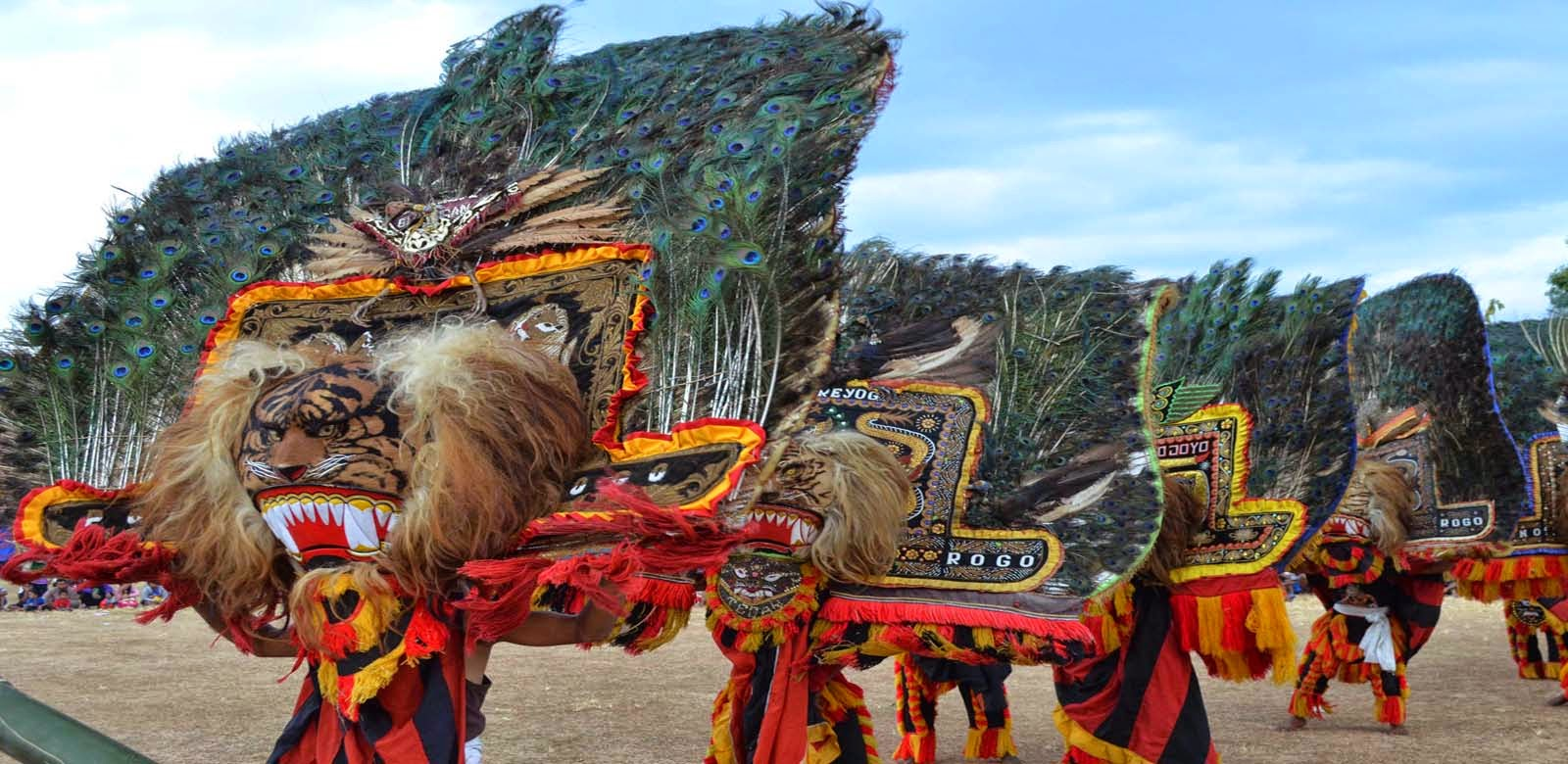 Kesenian tradisional reog ponorogo adalah kesenian yang ikut mewarnai corak dan seni budaya jawa timur bahkan Reog Ponorogo sudah menyebar di berbagai