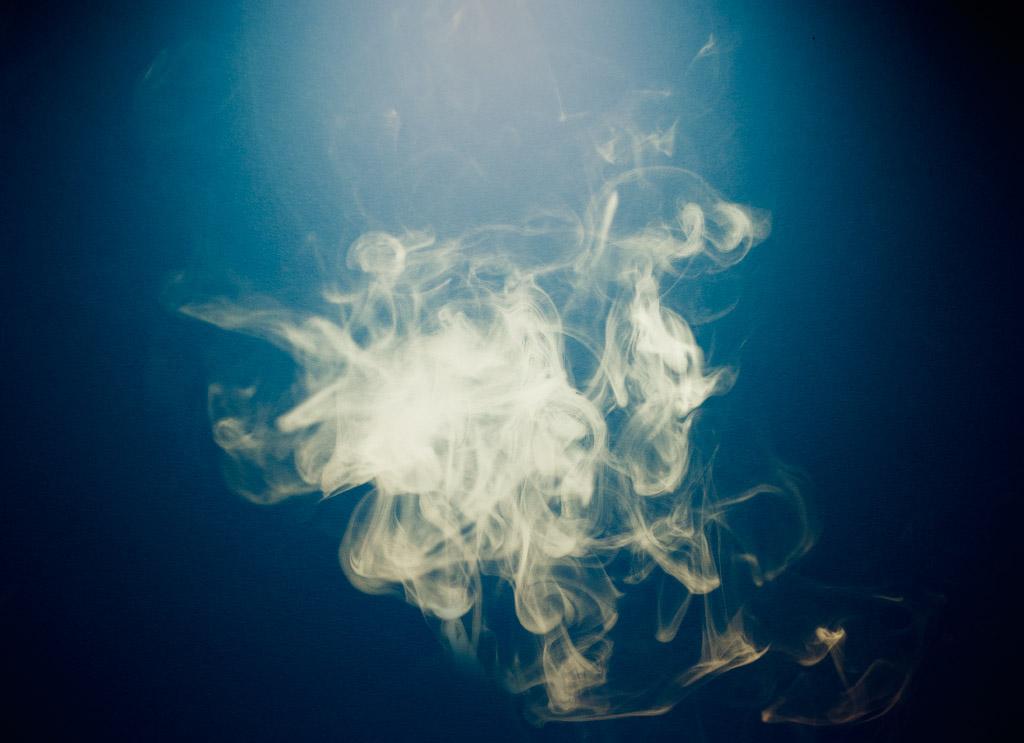 Vattenpipa | Rök mot blå bakgrund