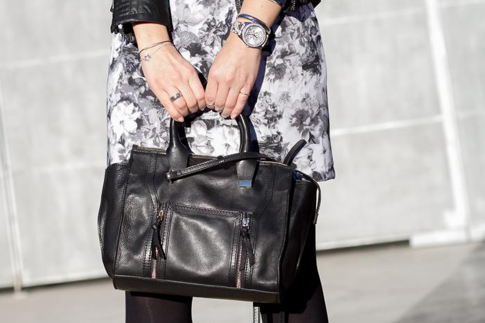 Detalles Accesorios Complementos Reloj de Guess Watches, pulseras en plata y Bolso de cuero clon low cost de Phillip Lim de Zara