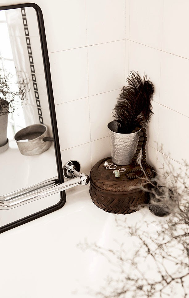 Black and white bath with black and brown accents