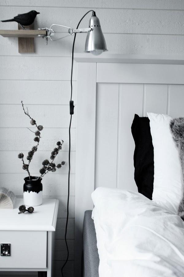 sänggavel sovabutiken, huvudgavel av trä i vitt, bild på sovrum i vitt och grått, svart och vitt, inspiration, inreda med pysselprojekt, lärkkvist, svart och vit vas, diy, pyssel, renovering, sovrum,