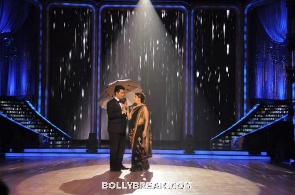 Madhuri looks stunning in this black saree -  Madhuri Dixit & Karan Johar on Jhalak Dikhla Jaa 5