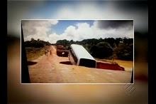 Cratera 'engole' micro-ônibus e isola cidade