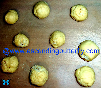 Columbian Cheese Bread formed balls pre-baking, Pan de Bono