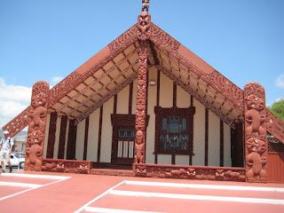 rumah merah suku maori