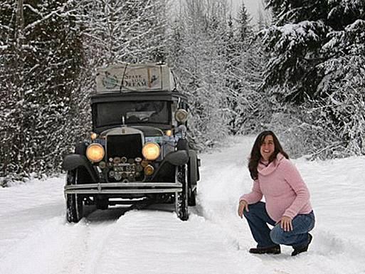 The Facemash Post - Pasangan Herman dan Candelaria Zapp Keluarga Unik Ini Telah Berpetualang Keliling Dunia dengan Mobil Antik Selama 11 Tahun - Candelaria yang sedang hamil berpose di depan mobil Graham Paige produksi 1928 di The Rockies, Kanada, 2007