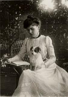 Edith Wharton leyendo con su perro