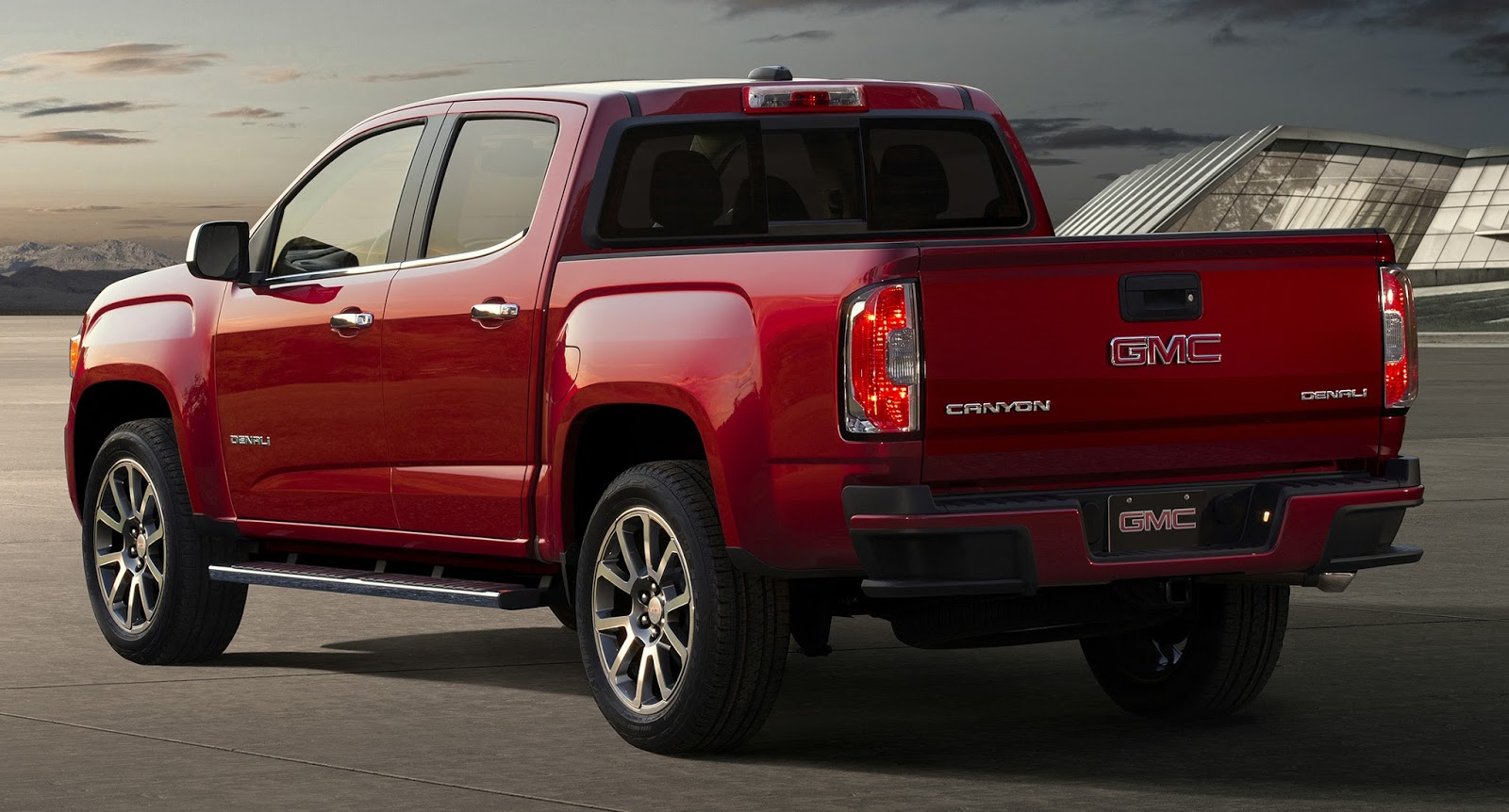 Uautoknow Net Gmc Debuts First Mid Size Premium Truck