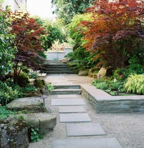 seixo para jardim em belem:Um jardim para cuidar: Pátios e jardins com pavimentos em material