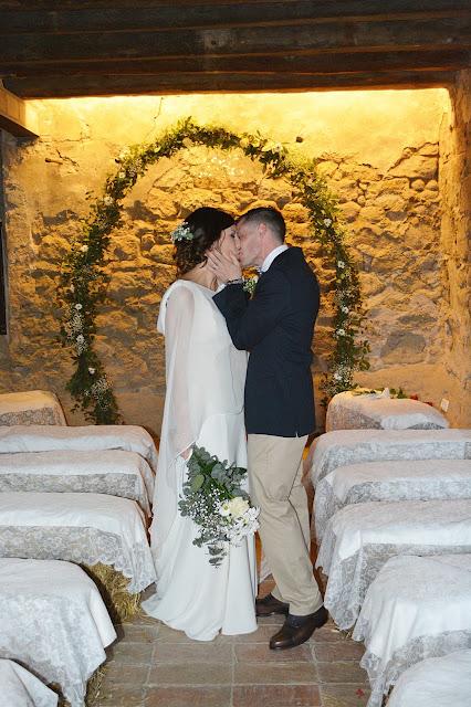 recién casados boda altar masia rural
