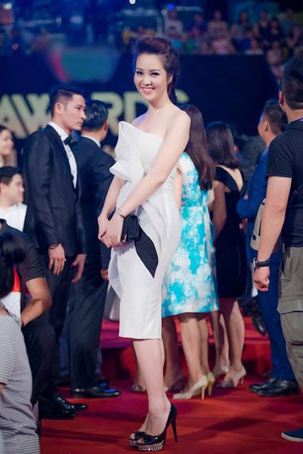 Á hậu Việt Nam 2008, Thụy Vân, thử nghiệm phong cách đơn sắc khi chọn váy xếp điệu đà.