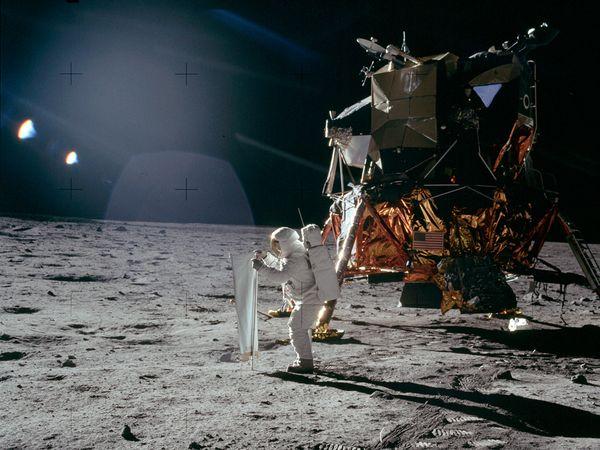 moon hoax light flares 10055 600x450 Menganalisa Peristiwa Pendaratan Manusia Pertama Kali Di Bulan