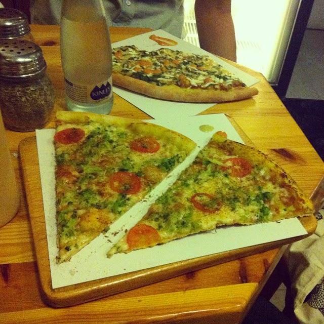 פיצה עם עגבנית וברוקולי (ומאחורה פיצה עם בטטה, בולגרית וכנראה כם מעט תרד)