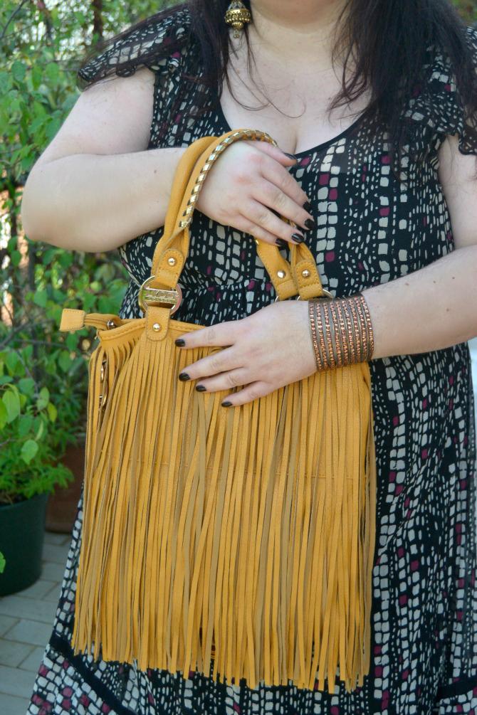 outfit plus size con abito stile impero - dettaglio borsa