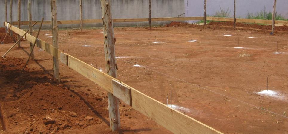 Após a limpeza e adequação da topografia do terreno, é feito um gabarito baseado na planta das fundações, para determinar os pontos onde as estacas do alicerce serão perfuradas.