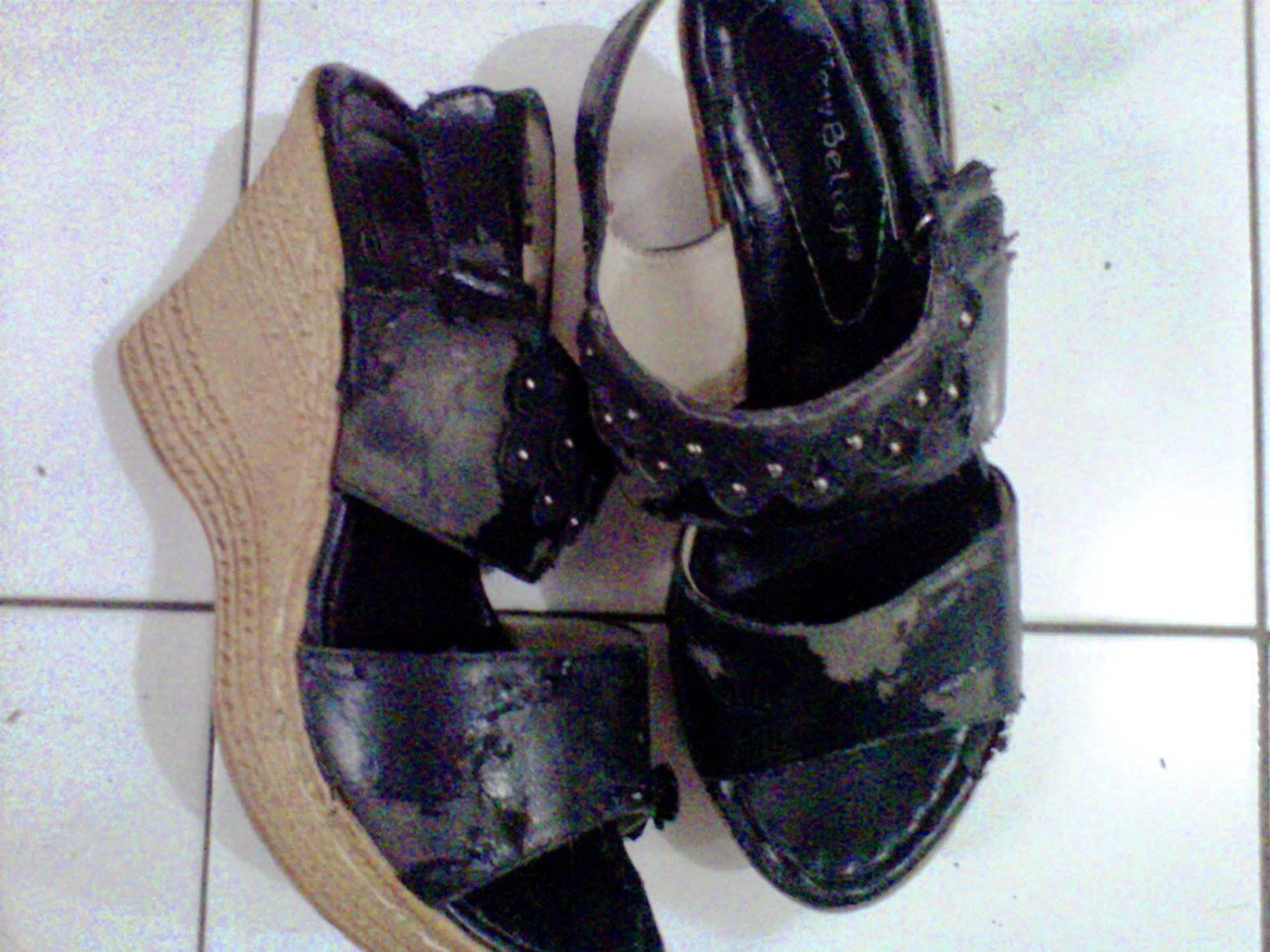 Yeaaahh aku punya sepatu yang sudah yah lumayanlah untuk bisa dibilang usang Ini sepatu lamaku