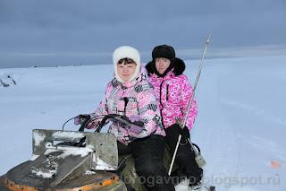 Девчата на заборе проб воды. Остров Вайгач. Ненецкий автономный округ. Природа НАО.
