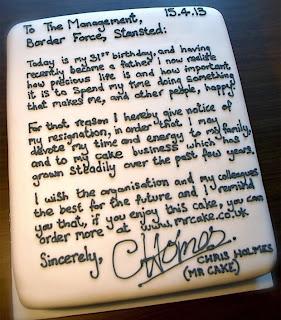 Britânico apresenta carta de demissão num bolo