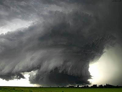 فيديو مذهل لإعصار ضرب ولاية تكساس و يلقي بالعربات في الهواء