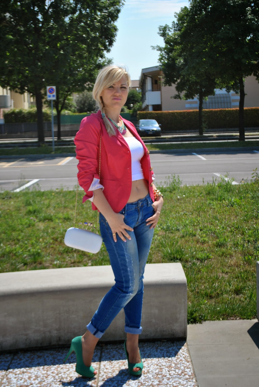 outfit skinny jeans top a fascia bianco giacca fucsia collana con catena e pietre majique london scarpe decollete verdi outfit crop top outfit tacchi e jeans outfit jeans e tacchi outfit blazer fucsia come abbinare il blazer fucsia clutch con catena alexander McQueen outfit mariafelicia magno blogger di colorblock by felym outfit di colorblock by felym fashion blog di mariafelicia magno treccia laterale outfit treccia laterale outfit treccia di lato blazer fucsia benetton outfit giugno 2014 outfit estate 2014 outfit estivi