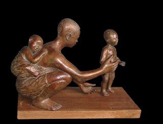 Statue style figuratif d'une mère africaine accroupie avec deux enfants
