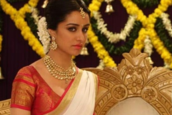 Shraddha Kapoor Wear The Simple White With Red Cotton Sarees