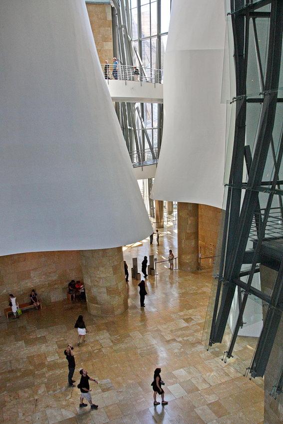 Foto no interior do museu revelando o enorme pé-direito da arquitectura