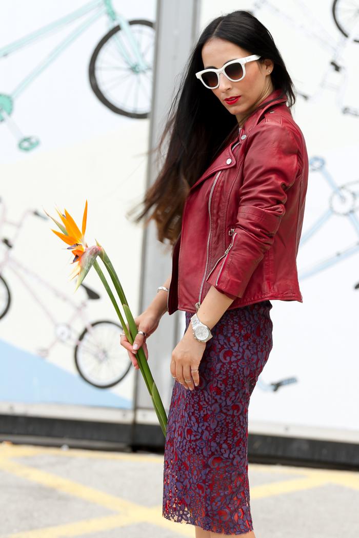 Blogger valenciana withorwithoutshoes combina falda de encaje con chaqueta biker de cuero