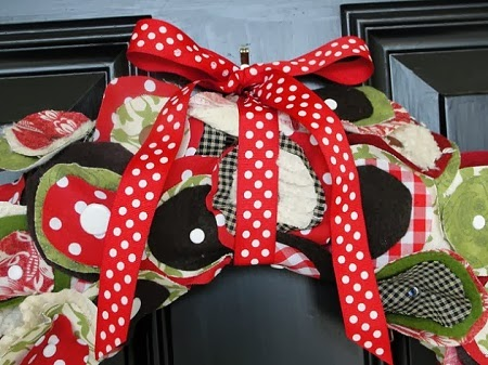 Corona de navidad con tela manualidades for Manualidades con tela paso a paso