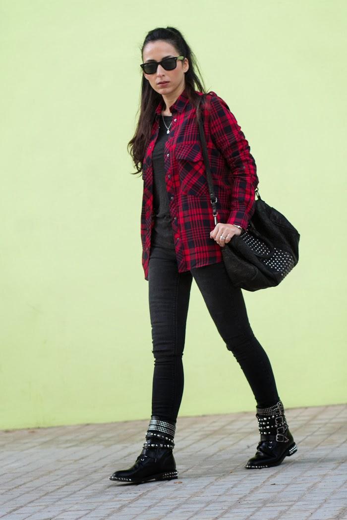 Look de estilo Punk con camisa de cuadros roja y negra y botas con pinchos y tachuelas clon de Saint Laurent