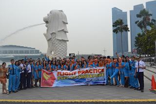 PSPP Penerbangan Yogyakarta di depan patung merlion sin