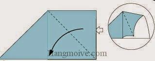 Bước 5: Tương tự từ vị trí mũi tên ta mở tờ giấy, kéo, gấp tờ giấy về phía bên trái.
