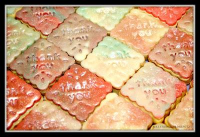 biscotti in pasta frolla ricoperti di cioccolato plastico stampati