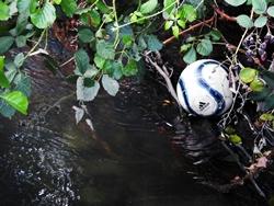 ''Spielball'' des Baches...