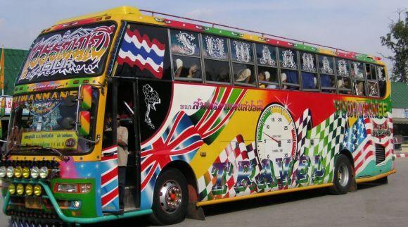 Autobús decoraco al estilo tailandés (diseños de banderas y graffitis)