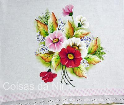 pano de copa pintado com arranjo de flores silvestres e folhas secas