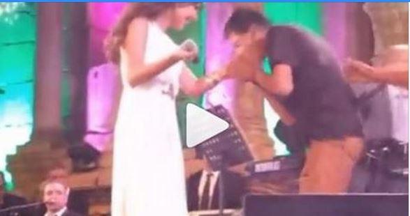 بالفيديو معجب يتسلل ويتجاوز الحراس ليصل إلى نانسي عجرم ويقبل يدها