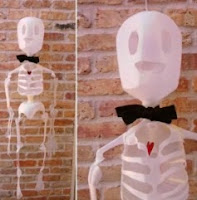 http://manualidadesparaninos.biz/esqueleto-halloween-manualidades-para-ninos/