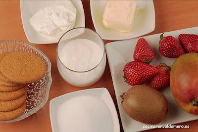 Ingredientes: galletas, mantequilla, queso de untar, nata, azúcar y frutas