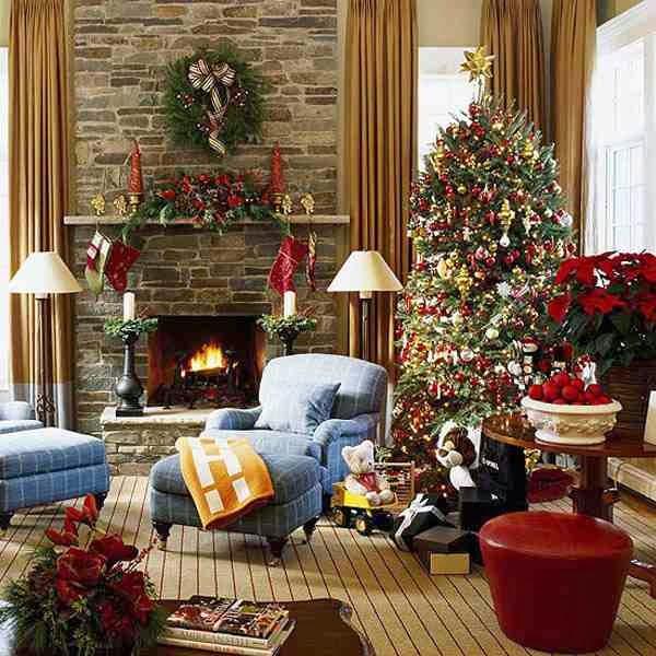 Udekorowana choinka w świątecznej aranżacji salonu
