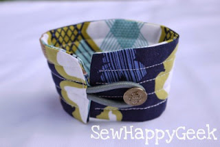http://sewhappygeek.co.uk/index.php/2011/05/24/tutorial-tuesday-coffee-cup-cosy-with-free-pdf-template/
