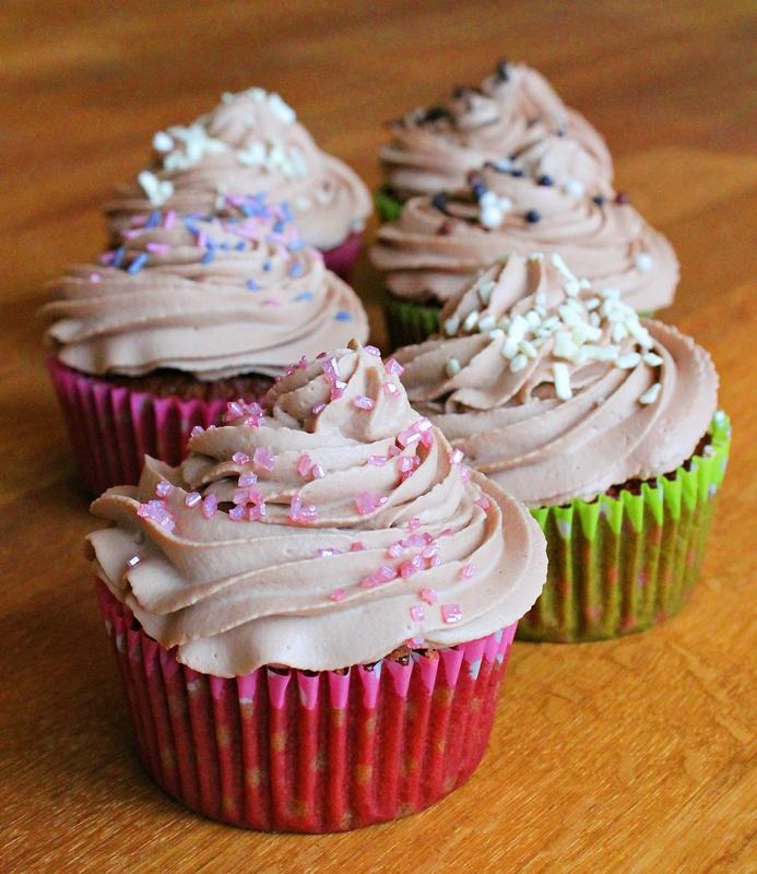 wunderbare fantasie schoko cupcakes mit vanille f llung. Black Bedroom Furniture Sets. Home Design Ideas