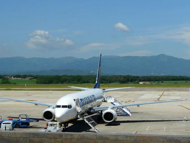 Samolot linii Ryanair na lotnisku w Gironie