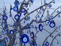 amuletos del ojo protector colgados de unas ramas