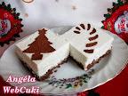 Tejszínes túrós kocka, kakaós piskótával, habtejszínes túrós töltelékkel, karácsonyi kakaóporos mintával díszítve.