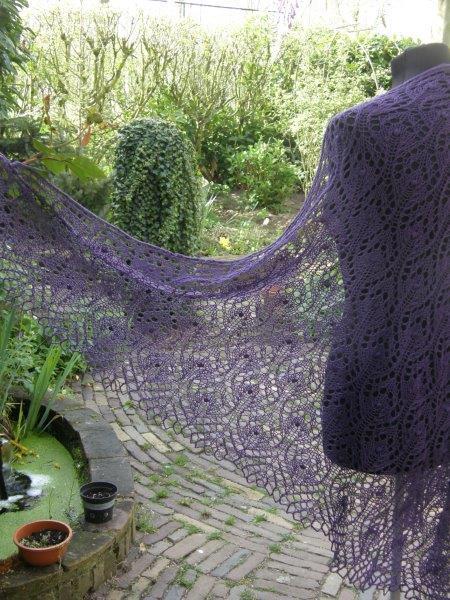 TE KOOP: grote paarse sjaal.