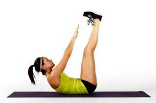 """<img src=""""toque-de-tobillos.jpg"""" alt=""""el toque de tobillos con piernas en vertical ayuda a aplanar el abdomen"""">"""