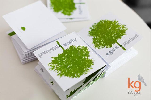 oryginalne zaproszenie ślubne dwujęzyczne, zaproszenie w języku angielskim i niemieckim, motyw przewodni - drzewo, zielono - szara kolorystyka, eleganckie, klasyczne, RSVP, składane na pół, wiązane sznurkiem lnianym, kwadratowe, białe, zielone, szare, zaproszenie z motywem drzewa, z drzewem, styl rustykalny,
