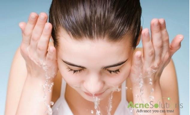 Vệ sinh da sạch sẽ khi chăm sóc da bị mụn cám