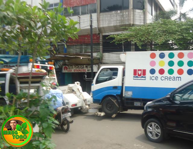 Dishub melakukan derek dan denda kendaraan yang parkir liar di bahu Jl. Mangga Besar, Jakarta